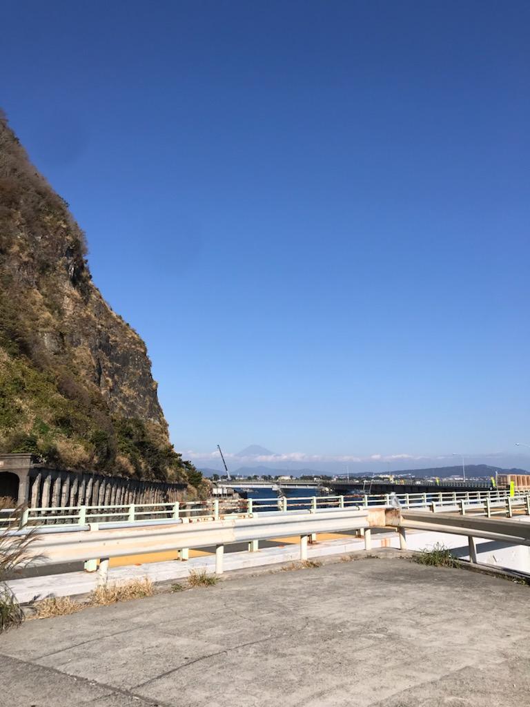 土砂崩れ跡と富士山